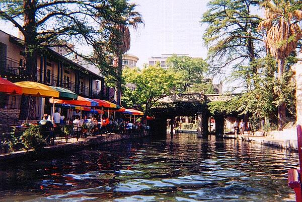 800px-San_Antonio_Riverwalk_with_river